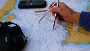 Der Navigator arbeitet mit dem Zirkel in der Seekarte