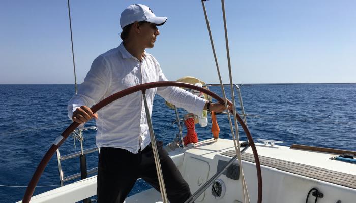 Der Projekt-Skipper steuert die Yacht