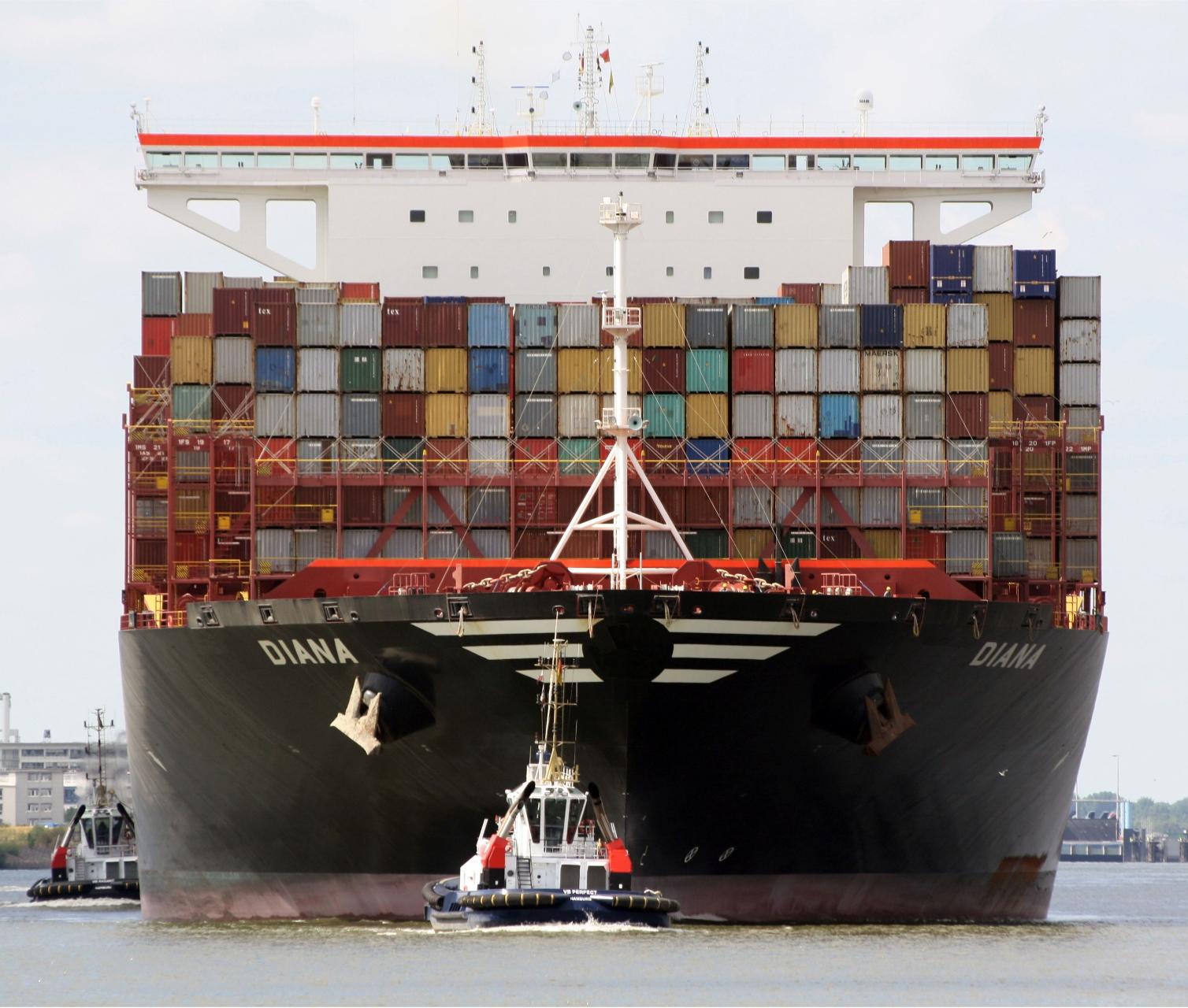 Schlepper zieht Containerschiff